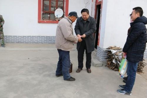 县人大常委会副主任杨笃绪慰问困难群众