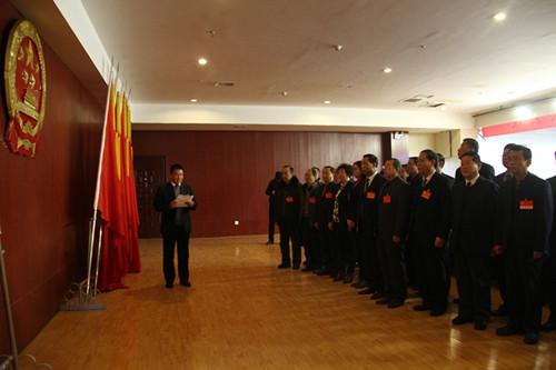 新当选的县第十六届人大常委会副主任向宪法宣誓